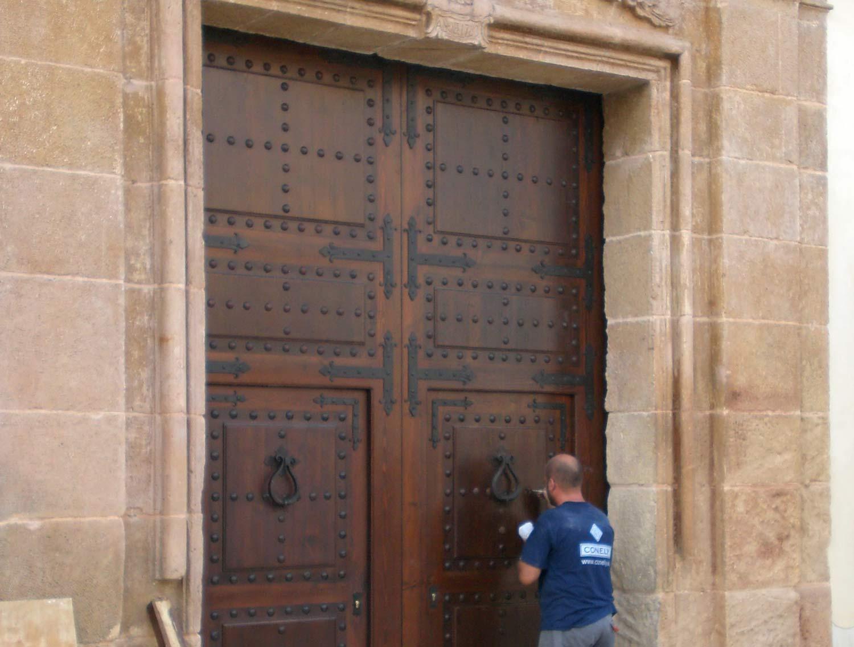 Portón de madera iglesia