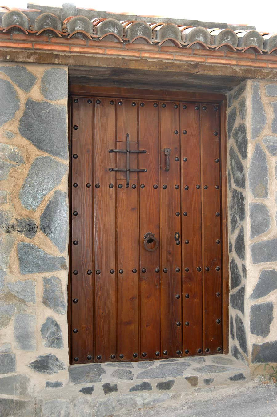 Puerta con herrajes de forja