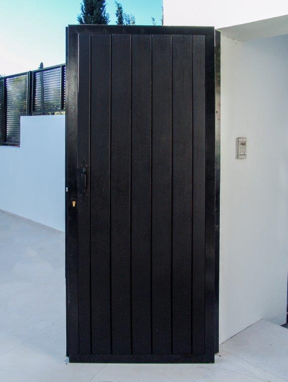 Puerta de madera oscura con duelas