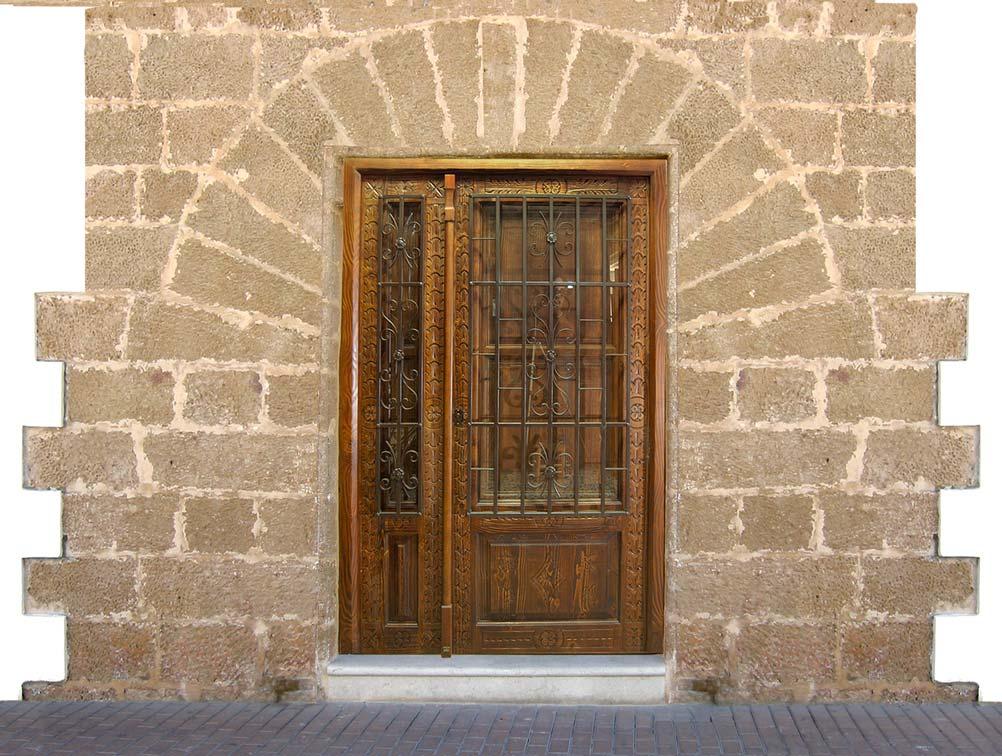 Puerta con rejas de forja rústica