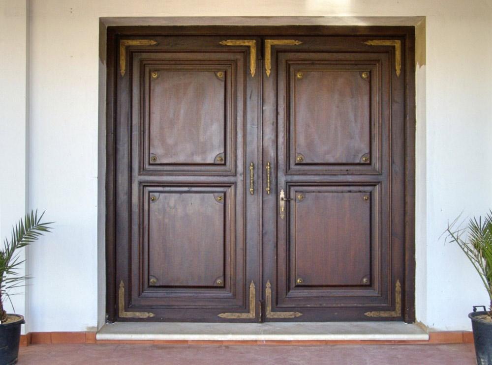 Puerta rústica de madera de dos hojas