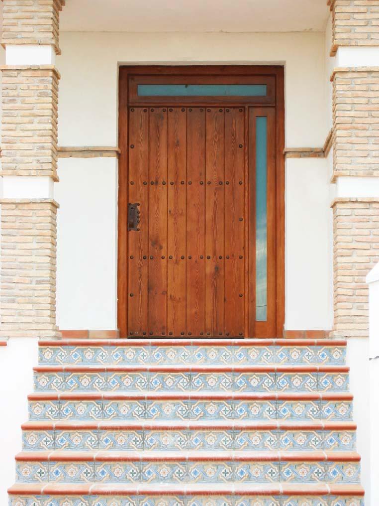 Puerta rústica con critaleras