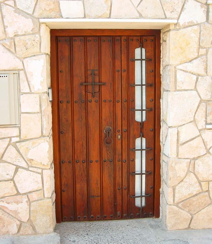 Puerta rustica con rejas forja
