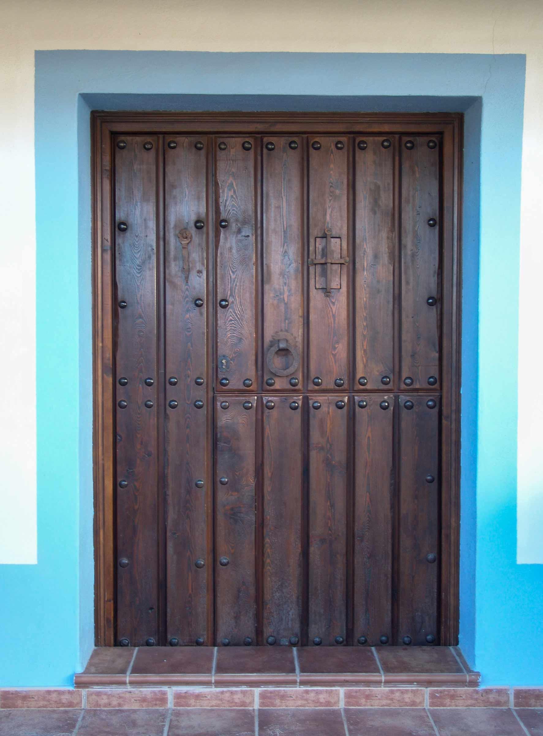 Puerta rústica partida con herrajes de forja