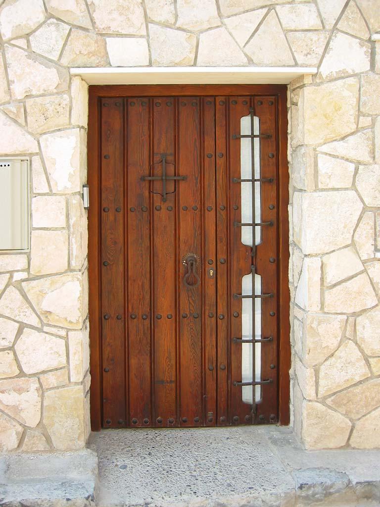 Puerta rústica con rejas forja