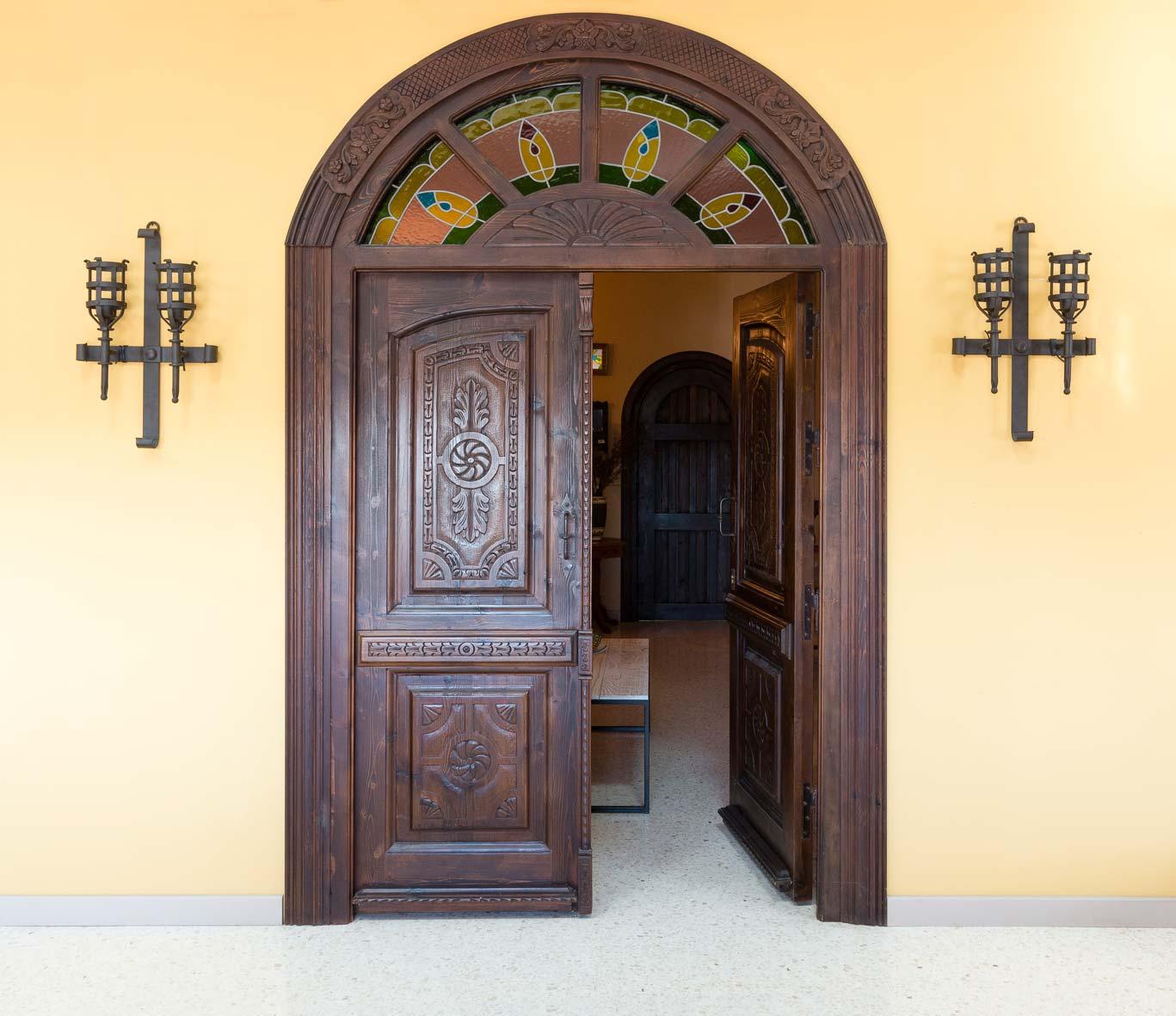 Puerta tallada estilo señorial