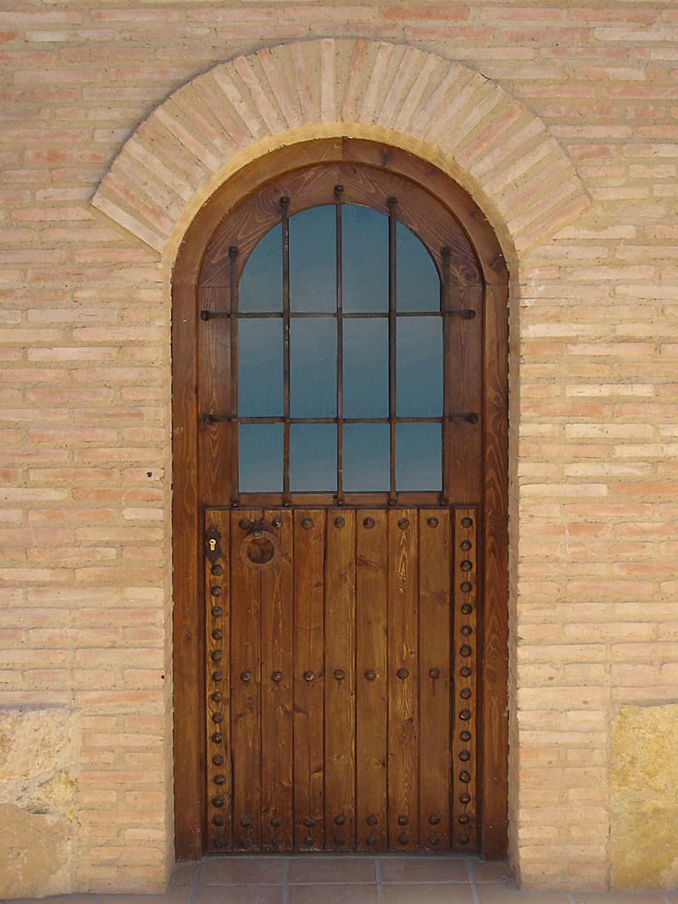 Puerta de madera con cristal y reja