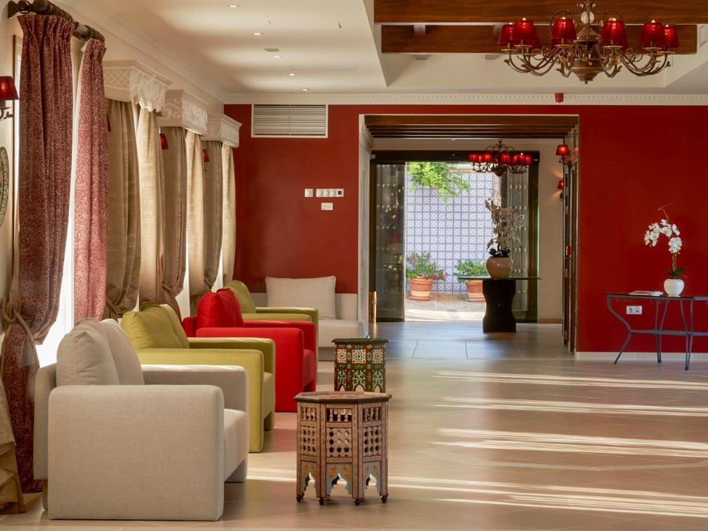 Salón con mesas marroquíes