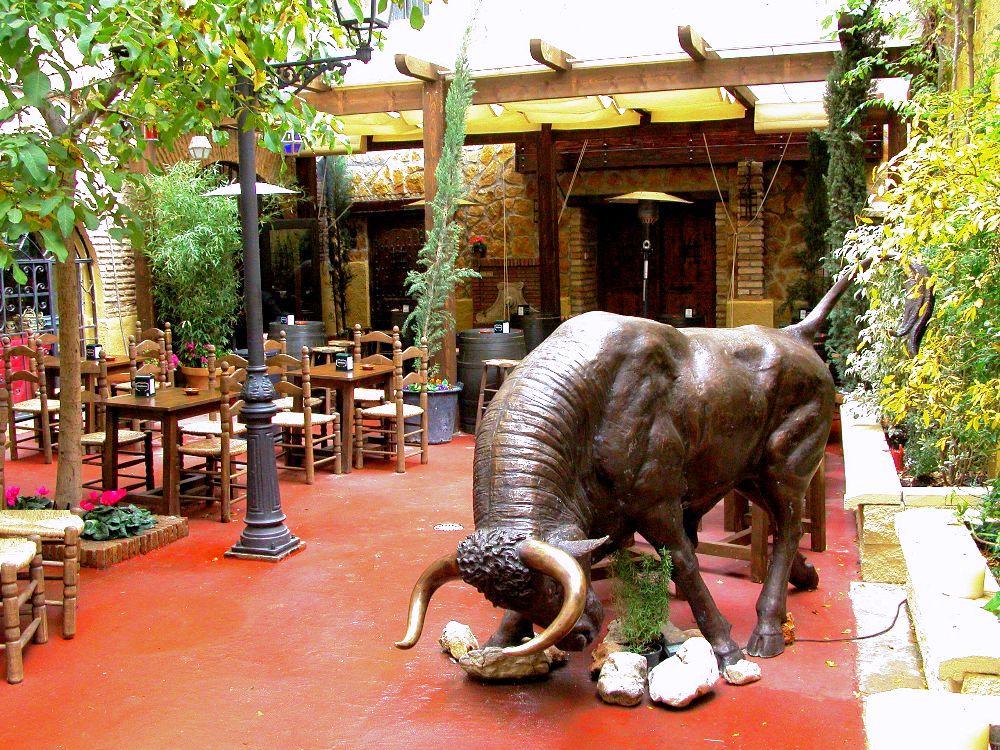 Toro de bronce del restaurante Patio del toro