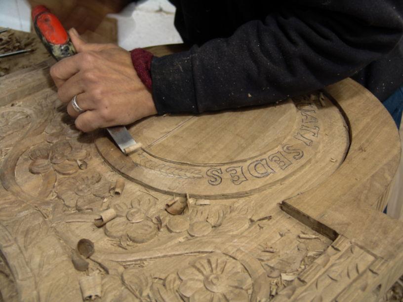 Trono de madera tallado a mano