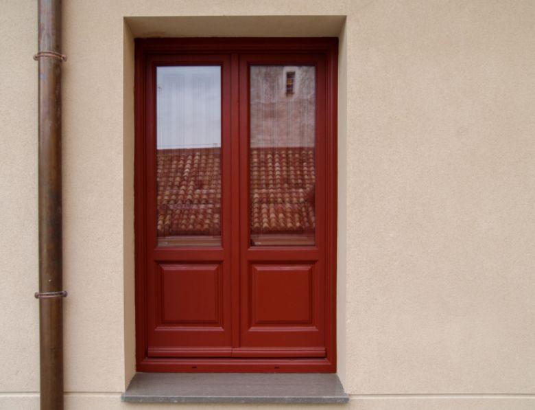 Ventana antigua restaurada lacada en rojo
