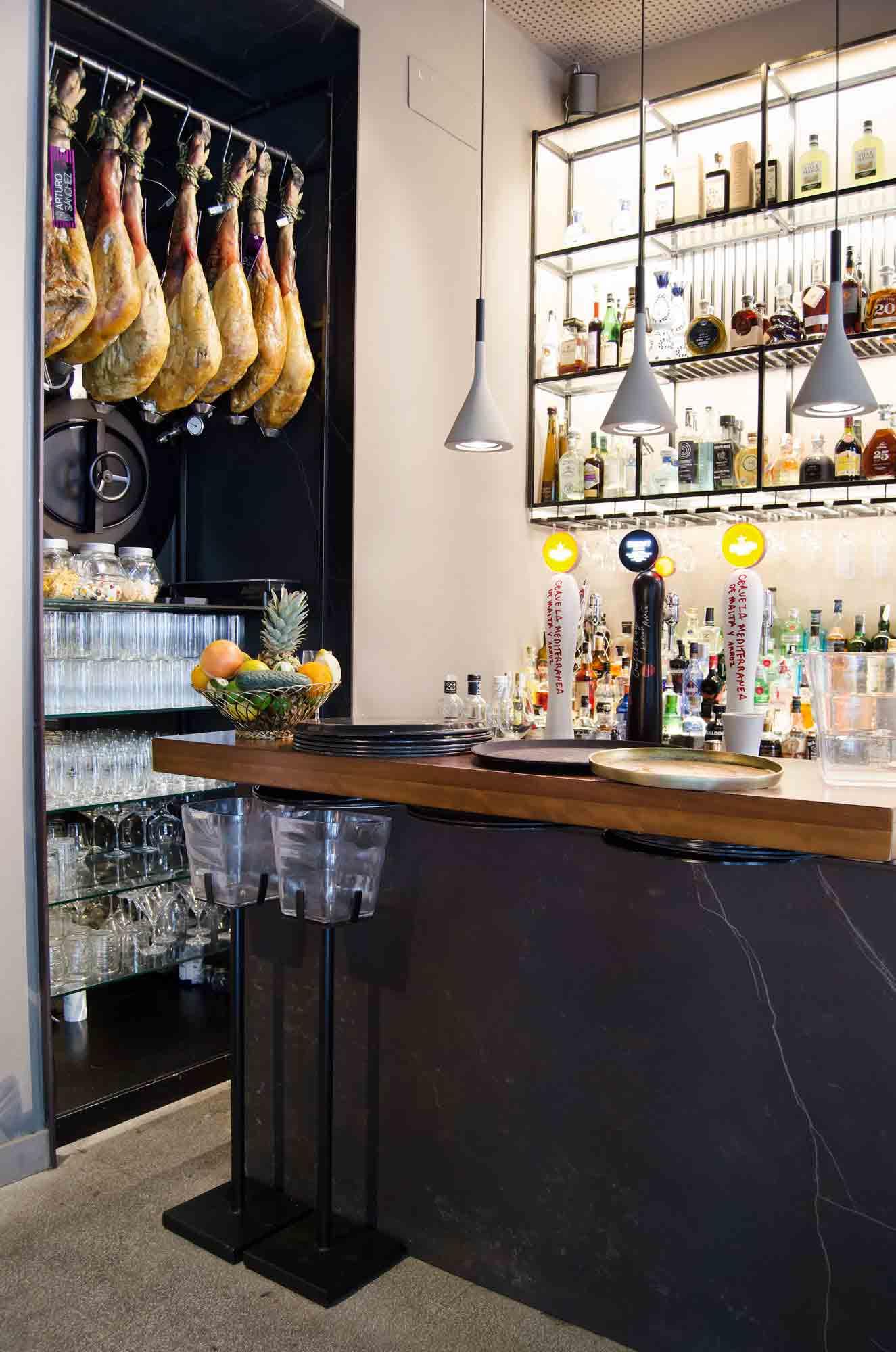 Barra de bar y estantería a medida