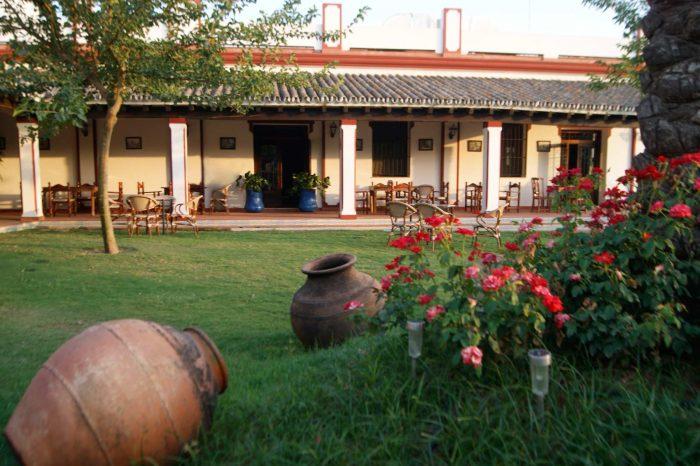 Jardín decorado con tinajas de barro